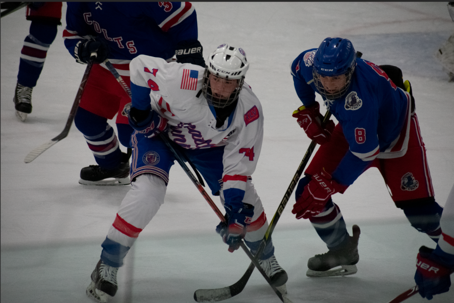 Sophomore+Jason+Murphy+follows+the+puck+and+posts+face+off+at+Olympicview+Arena+on+Dec.+7%2C+2019+against+Cloverdale.+Photo+by+Tammi+Tran